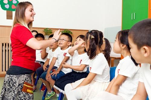 孩子学英语线上好还是线下好?