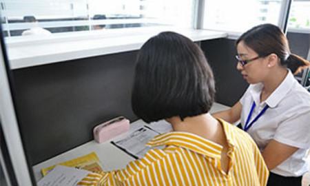 石家庄新天际教育学生与老师正在进行一对一沟通